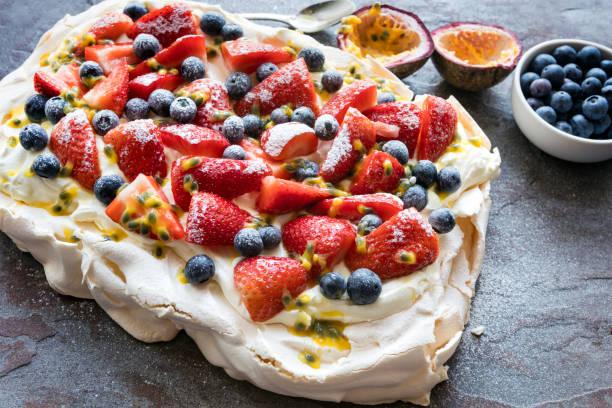 Pavlova Baiser Torte mit Beeren und Passionsfrucht – Foto