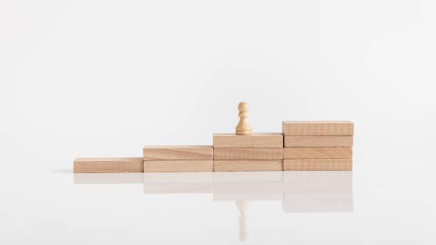 Bauer Schachfigur in einer wenige Schritte von Holzpflöcken – Foto