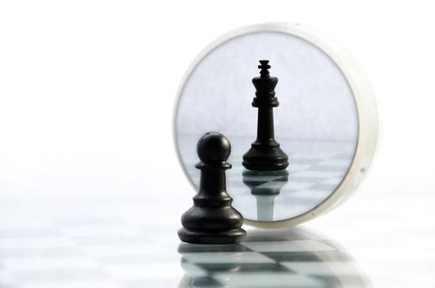 morceaux de pion sur l'échiquier, le reflet dans le roi de miroir - Photo