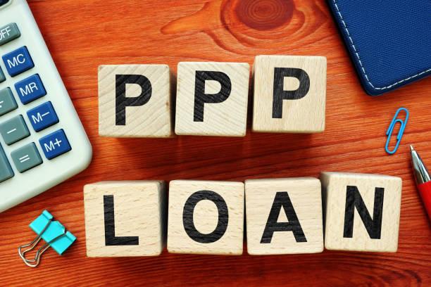 Paycheck Protection Program PPP-Darlehen. Holzwürfel auf dem Schreibtisch. – Foto