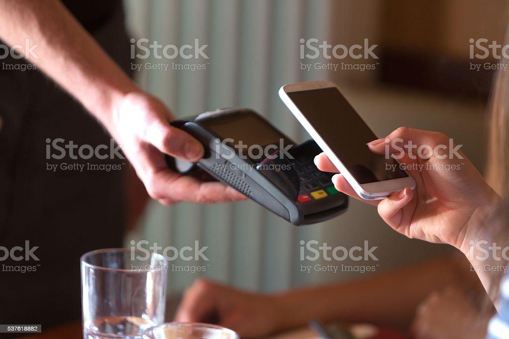 Zahlen im restaurant mit NFC-Technologie auf Mobiltelefon – Foto
