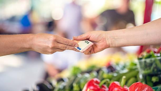 bezahlung in bar im bauern markt - eurozahlen stock-fotos und bilder