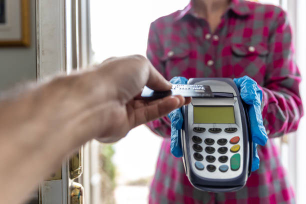 Bezahlen des Lieferers mit kontaktloser Technologie und soziale Entsagung – Foto