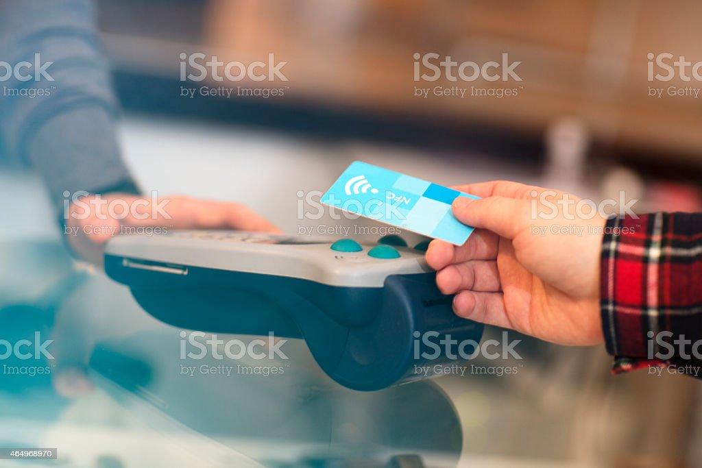 Pagamento sem contacto na loja - foto de acervo