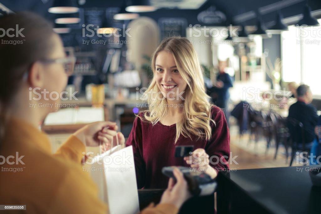 Pagando con tarjeta de crédito - foto de stock