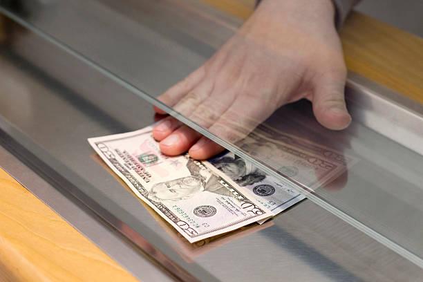 Zahlung einer Banknoten – Foto