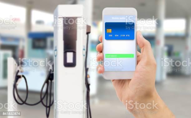 Pago Con Mi Teléfono Inteligente En La Tienda Foto de stock y más banco de imágenes de Actividad comercial