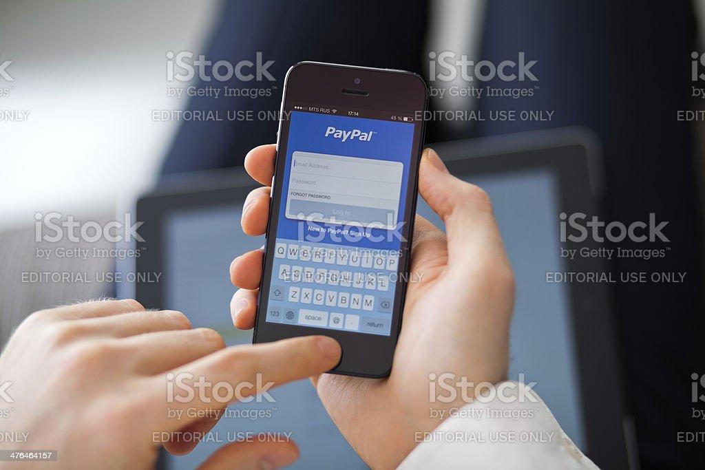 PayPal app per iPhone 5 - Foto stock royalty-free di Adulto