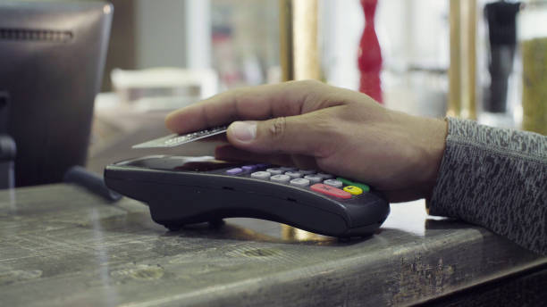 paypass. contactless payment with nfc chip module - paying with card contactless imagens e fotografias de stock