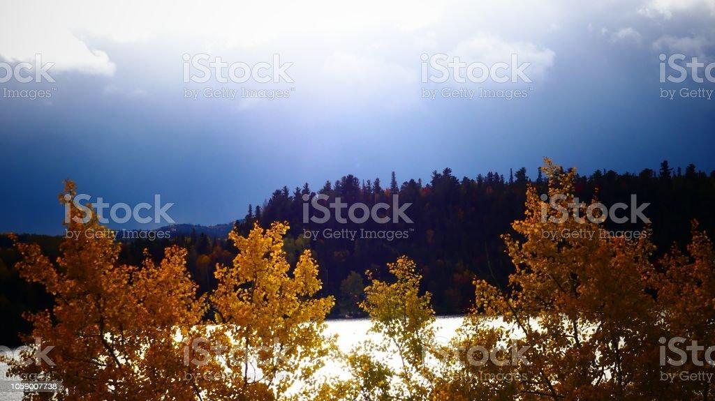 foto de Paysage Dautomne Au Bord De Leau Face À Une Montagne Stock Photo ...