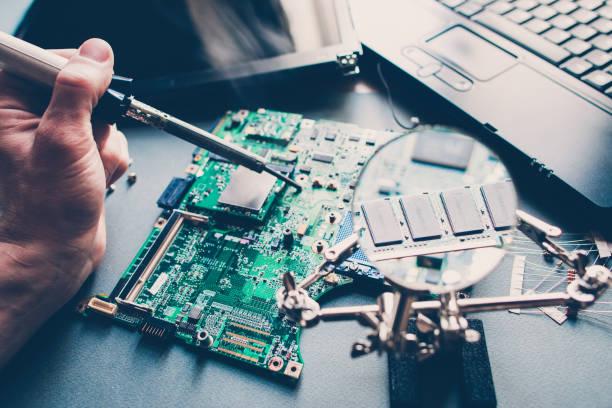 pcb layout reparatur techniker löt-laptop - elektronik industrie stock-fotos und bilder