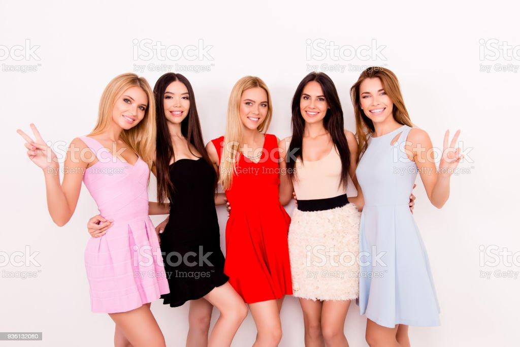 Der Friede! Multikulturelle Schönheit, Mode und Frau Konzept. Fünf niedliche Damen im bunten kurzen Cocktailkleider sind posiert und Gestikulieren, so hübsch und attraktiv, modisch und trendy! – Foto