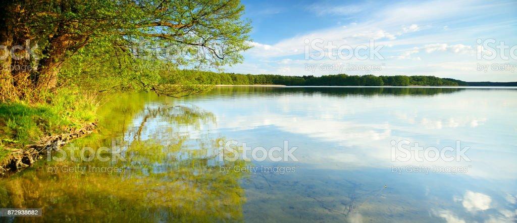 Peaceful ruhigem See, umgeben von Wald, Wolken reflektieren – Foto