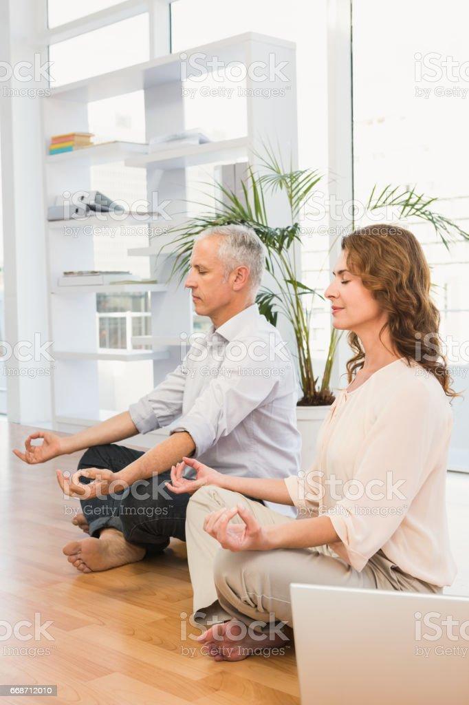 Friedliche lässig Geschäftskollegen meditieren – Foto