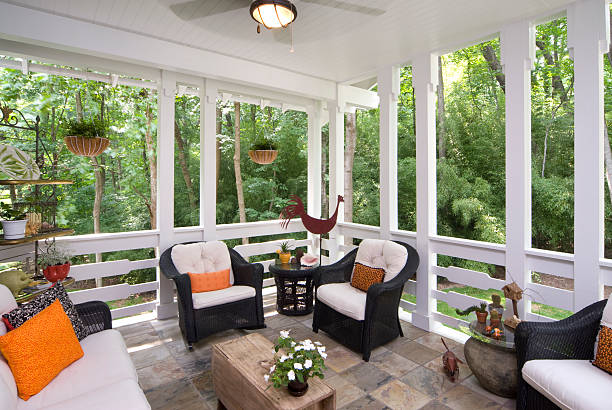 peaceful enclosed back deck/porch with furniture - afgesloten ruimte stockfoto's en -beelden