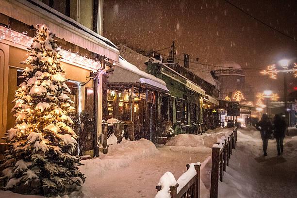 peaceful european street on the christmass eve - weihnachtsstadt stock-fotos und bilder