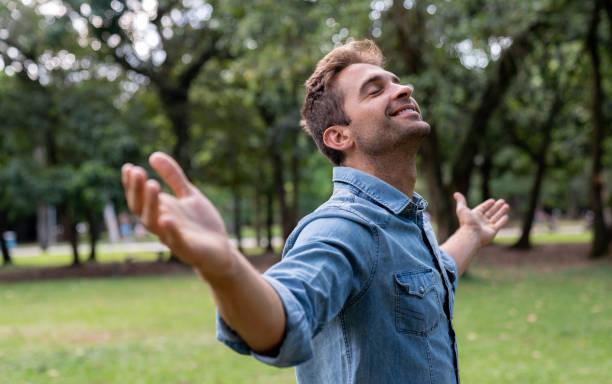 tranquilo hombre relajante en el parque - gente tranquila fotografías e imágenes de stock