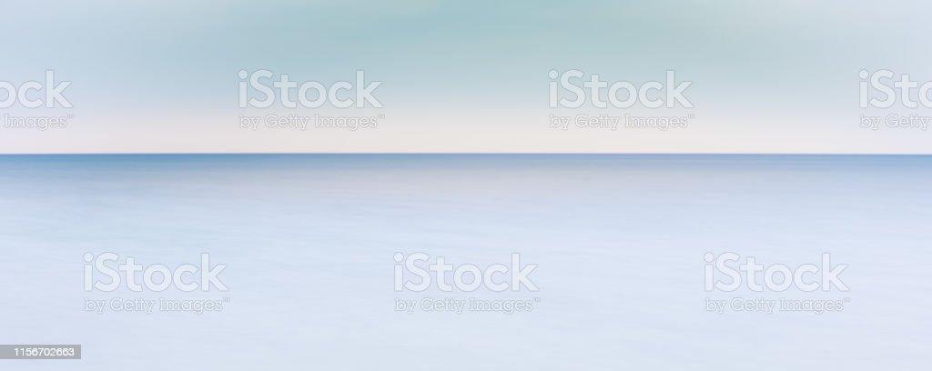 Peaceful ocean horizon - where horizon line meets sea line