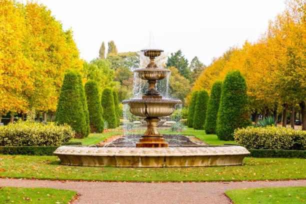 paysage paisible dans le parc de londres du régent - fontaine photos et images de collection