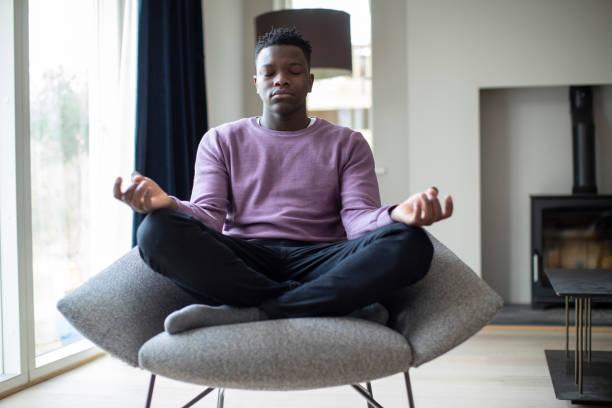 Friedliche Teenage Boy Meditieren sitzen in Stuhl zu Hause – Foto