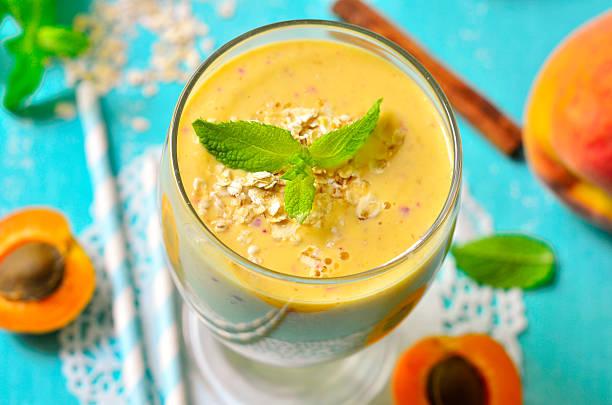 pfirsich und aprikosen-smoothie. - pfirsich milchshake stock-fotos und bilder