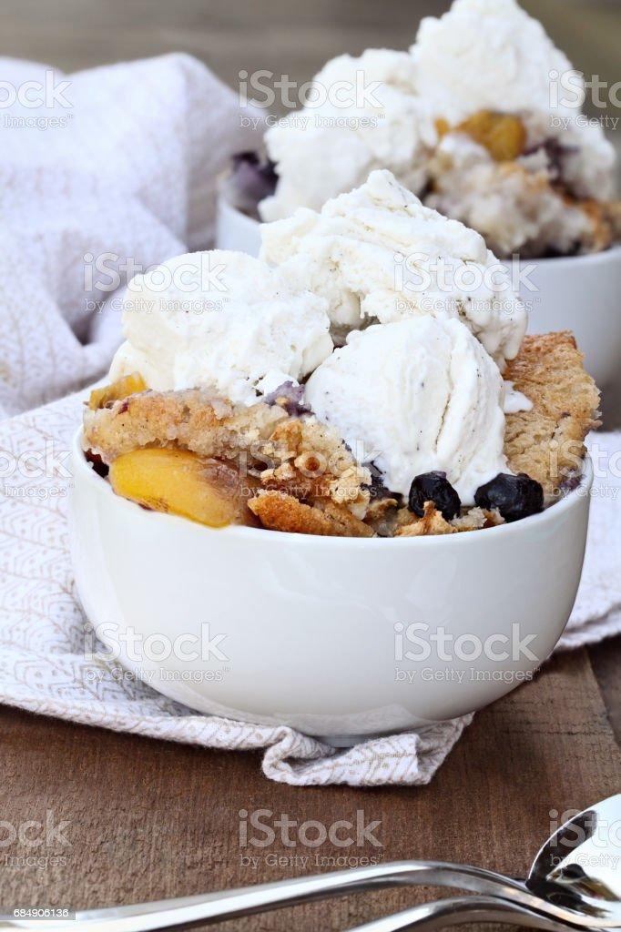 Pfirsich und Blueberry Cobbler mit Eis Lizenzfreies stock-foto