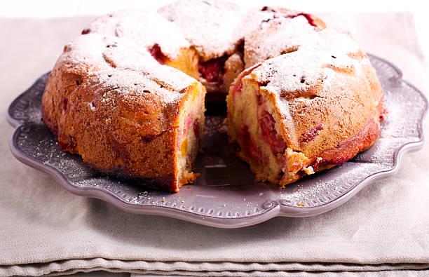peach and raspberry bundt cake - himbeerzuckerguss stock-fotos und bilder