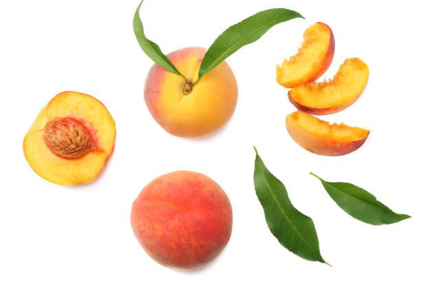 桃果與綠葉和片分離在白色背景。頂部視圖 - 桃 個照片及圖片檔