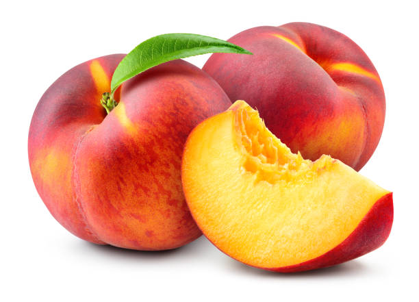 pfirsich isolieren. pfirsich mit scheibe auf weißem hintergrund. volle schärfentiefe. mit clipping-pfad. - peach stock-fotos und bilder