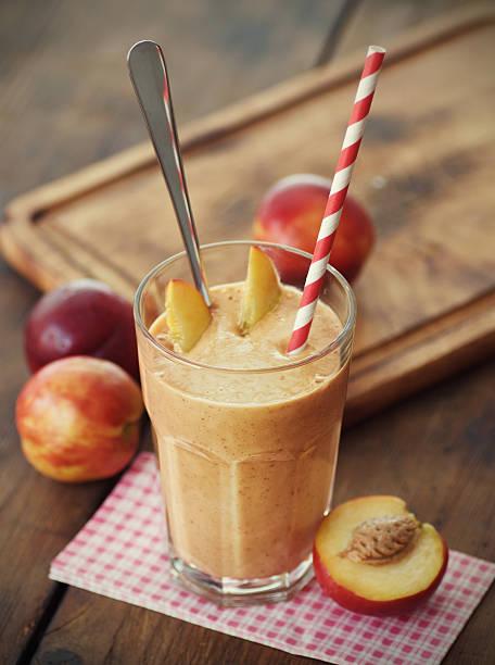 pfirsich-smoothie - pfirsich milchshake stock-fotos und bilder