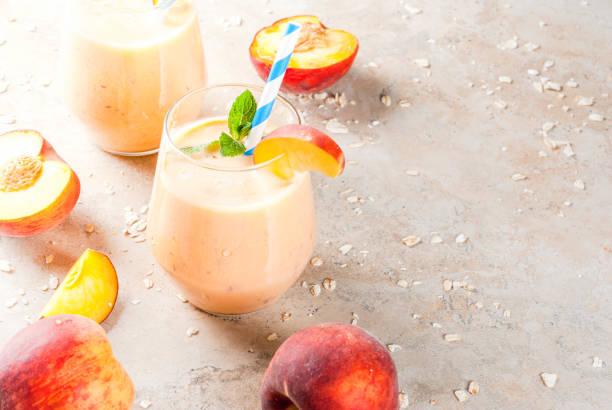 pfirsich smoothie mit haferflocken - pfirsich milchshake stock-fotos und bilder