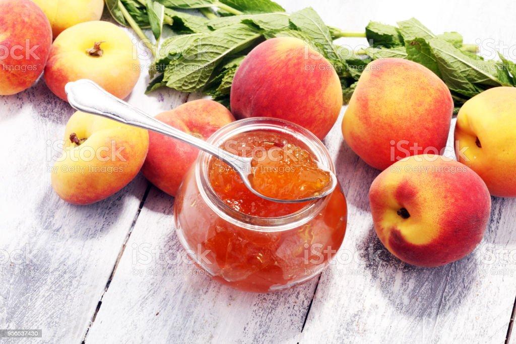Pfirsich Vanille Marmelade mit frischen Pfirsichen auf Tisch. - Lizenzfrei Aprikose Stock-Foto