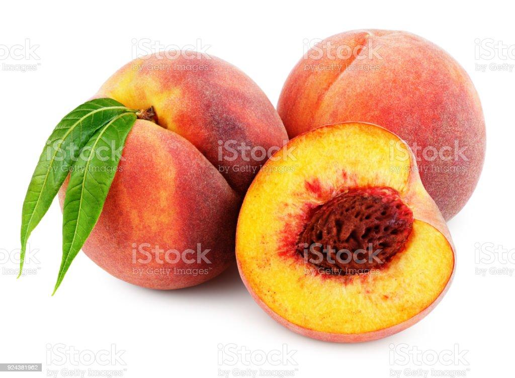 Peach avec moitié et feuilles isolé sur blanc - Photo