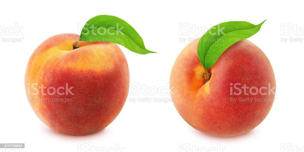 Peach avec feuilles. Toute la profondeur de champ. - Photo