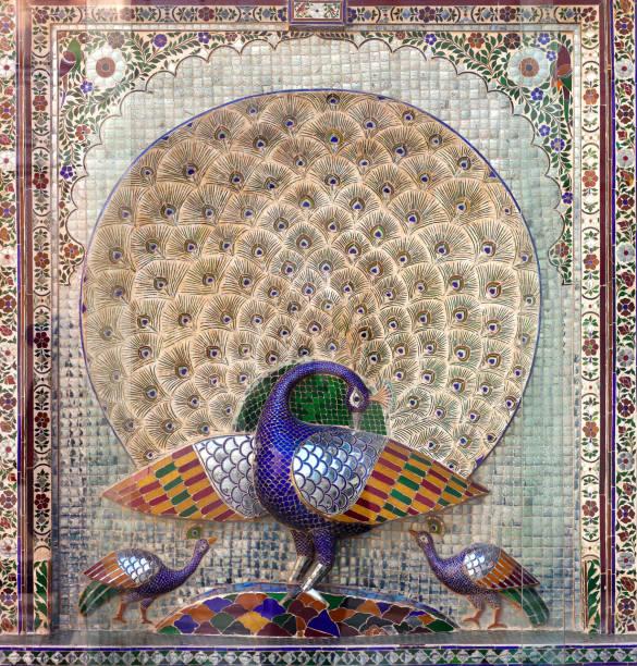 pfauenhof in udaipur city palace, rajasthan, indien - pfau bilder stock-fotos und bilder