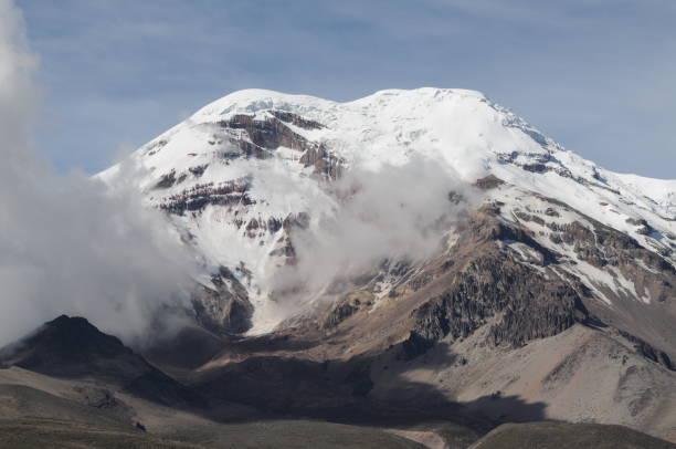Gipfel von Ecuador ́s höchste Berg Mt. Chimborazo mit Wolken – Foto