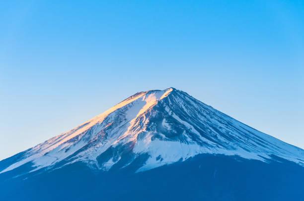 雪と朝の黄金色の太陽をシェーディングとピークの富士山カバー - 富士山 ストックフォトと画像