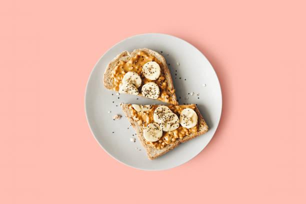 tostada de mantequilla de maní - desayuno fotografías e imágenes de stock