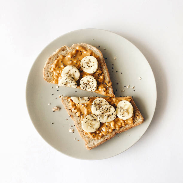 erdnussbutter mit banane toast zum frühstück - weizen fotos stock-fotos und bilder