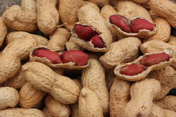 """""""peanuts"""" bezeichnet. """" - erdnusssalatdressings stock-fotos und bilder"""