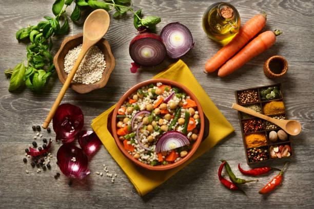 sopa de pera cebada, garbanzos y judías verdes - foto de stock