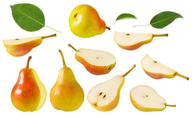 梨の果実を分離しました。緑の葉と白い背景に分離されたスライスにカット赤黄色の熟したジューシーな全体の梨のセット - ナシ ストックフォトと画像
