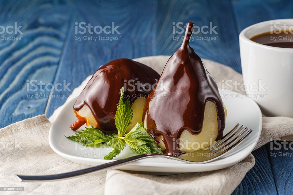 Pear on the plate with mint and chocolate sauce – Foto