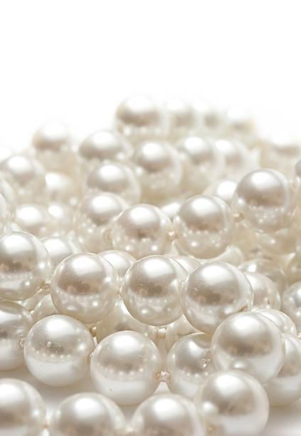 Perle, isoliert auf weißem Hintergrund – Foto