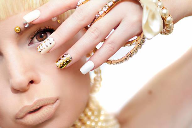 pearl maniküre und make-up. - nageldesign trend stock-fotos und bilder