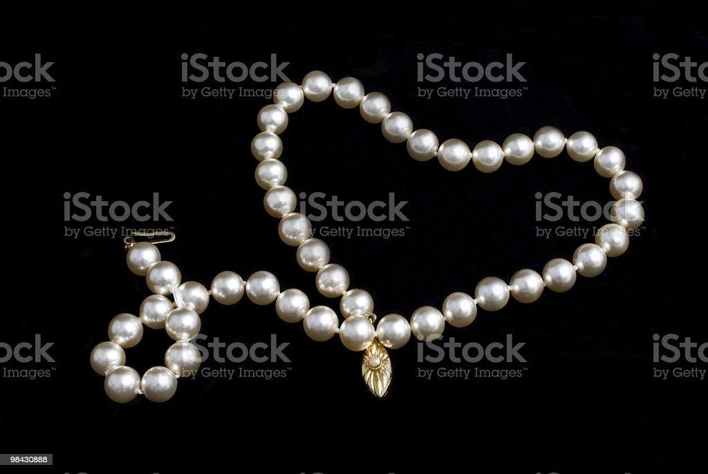 Collana di perle su sfondo nero foto stock royalty-free