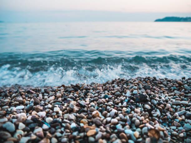 Kieselsteine und Wellen am Strand – Foto