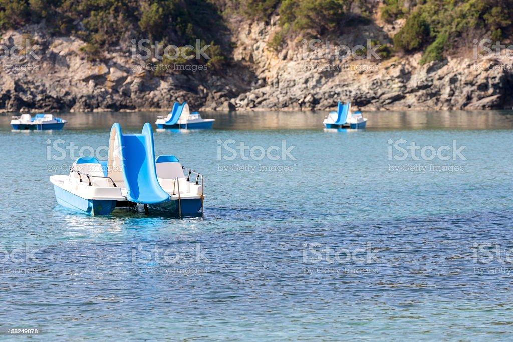 pedal barcos en el mar - foto de stock