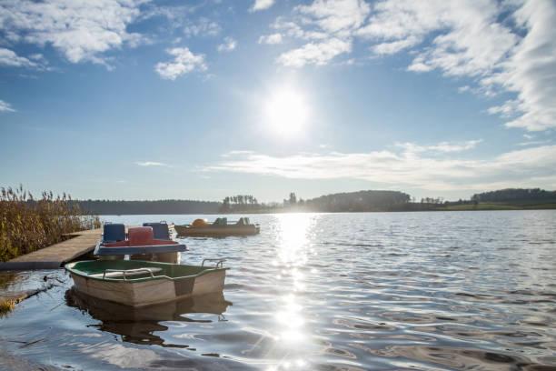 Botes a pedal flotante en el lago - foto de stock