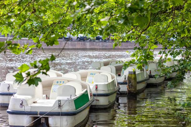 Botes a pedal para alquilar en uno de los canales de Ámsterdam, Holanda el - foto de stock